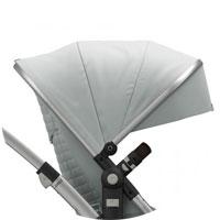 Капюшон с вентиляционным окошком из сетчатой ткани (можно открыть для дополнительного притока свежего воздуха), с козырьком, защита от УФ 50+, петли для игрушек на капюшоне