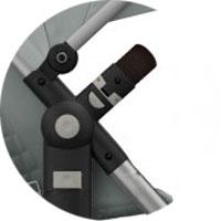 Защитный съемный бампер, снимается легко и быстро простым нажатием кнопки с любой стороны коляски