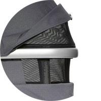 Капюшон бесшумно регулируется, имеет сетчатое окошко, дополнительный козырек (его же используем на прогулочном блоке)