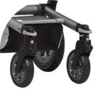 передние колеса меньше в диаметре, чем задние, а также могут поворачиваться вокруг своей оси. Это позволяет коляске быть более маневренной, тем более, что колеса расположены близко друг ко другу. Поворачивающиеся колеса можно заблокировать в положении прямо